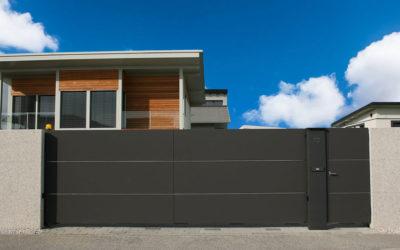 Moderna dvoriščna vrata z različnimi sistemi odpiranja