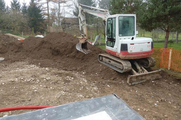 Zemeljska in gradbena dela pred gradnjo montažne hiše