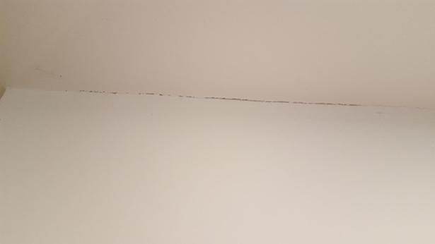 Slika 2. Razpoke na stikih mavčnokartonskih plošč.