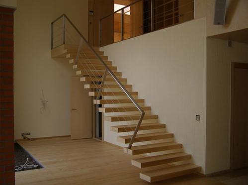 Slika 6. Primer konzolnih notranjih stopnic.