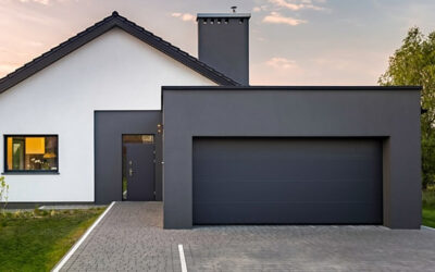 Vhodna vrata in garažna vata – ogledalo hiše